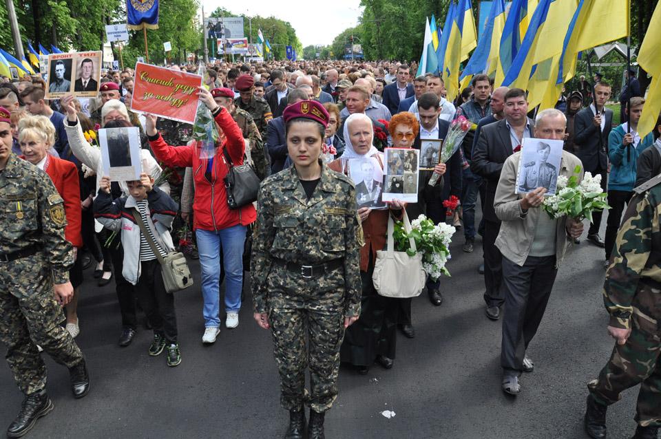 Колона рухається до Меморіалу Солдатської Слави. За оцінками поліції, у заході взяло участь близько 5 тисяч чоловік.