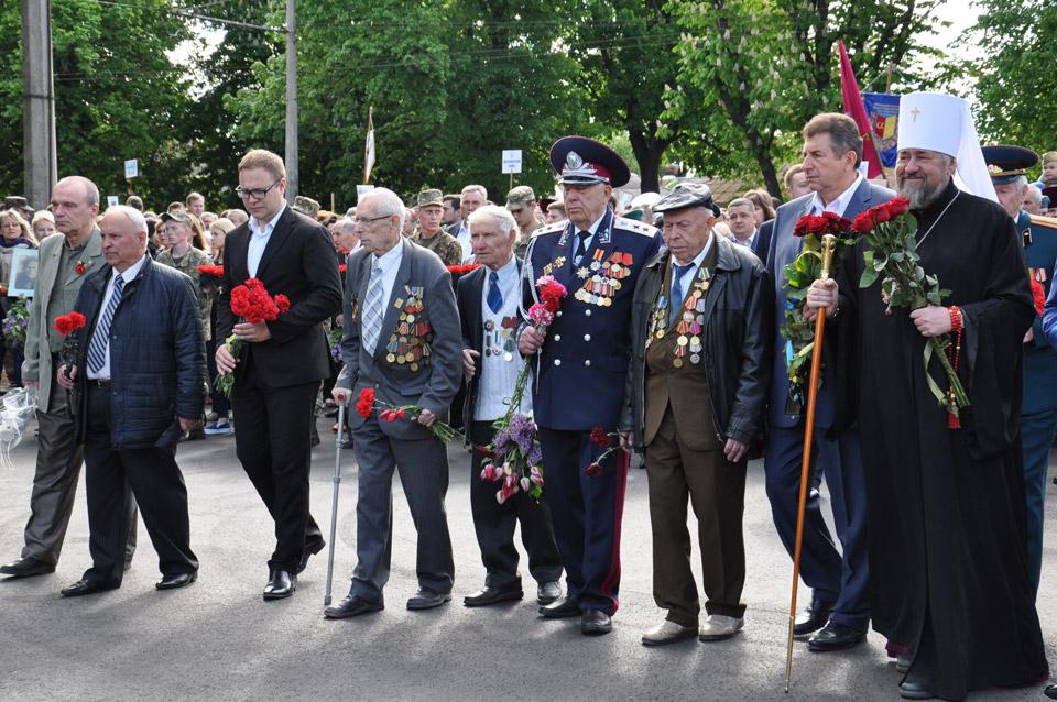 Попереду йдуть ветерани, учасники бойових дій.