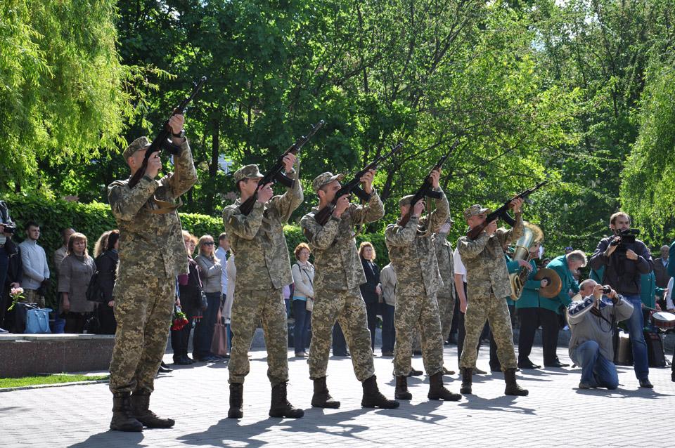 Традиційні постріли у небо під час виконання державного гімну.