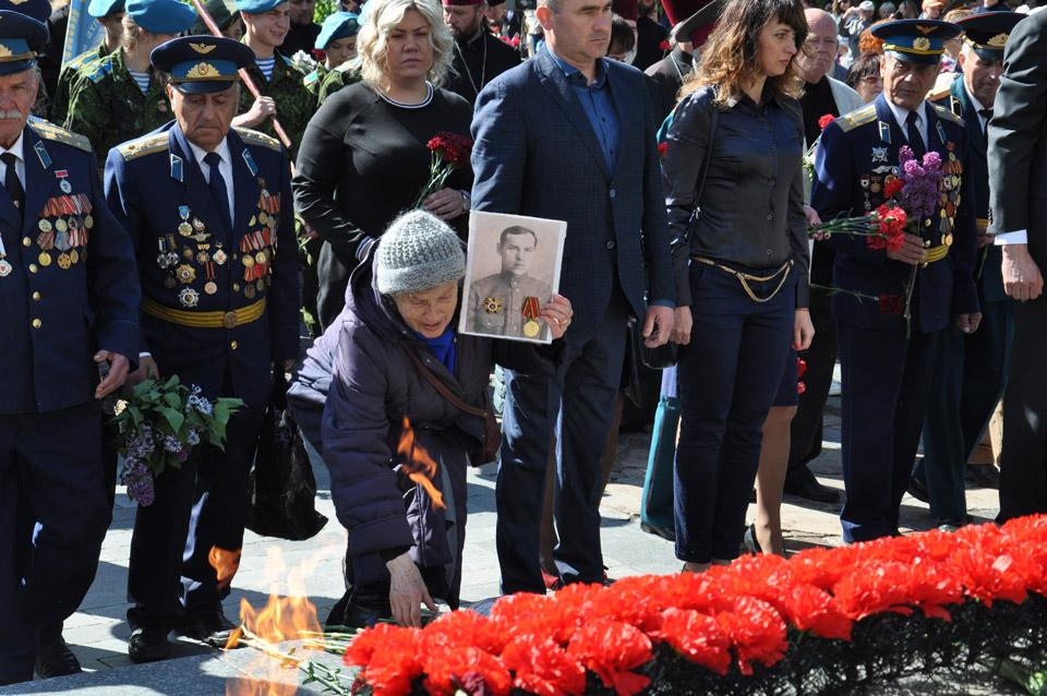 Жінка прийшла із портретом свого батька — Безсмертного Василя Юхимовича.