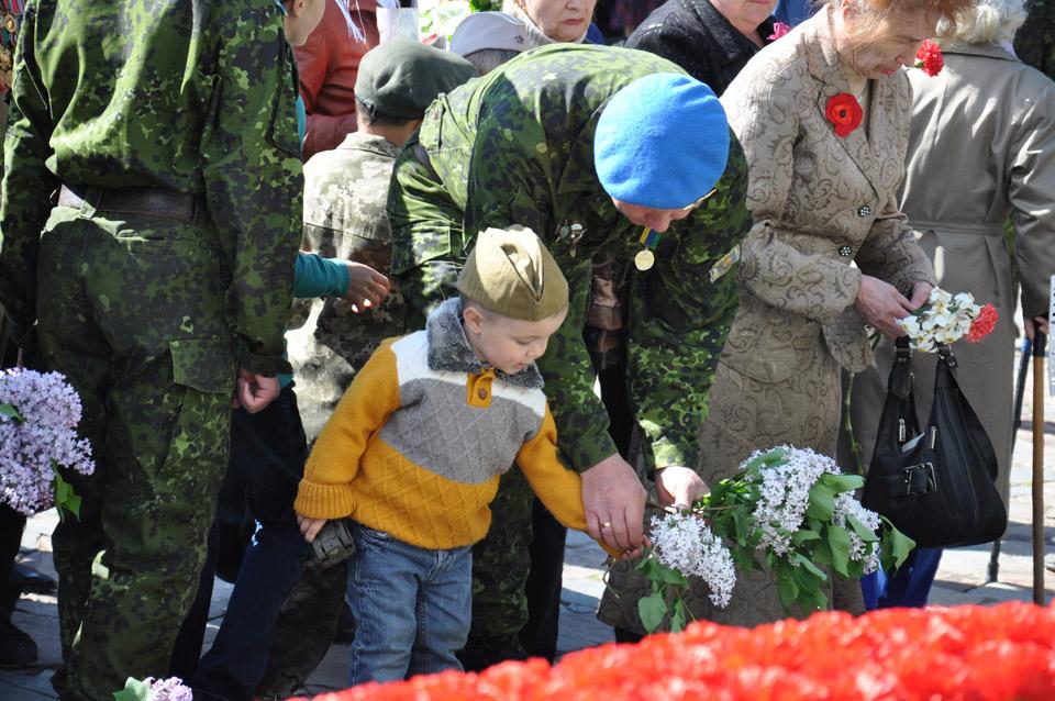 Деякі батьки вирішили одягти своїх дітей у елементи військової форми Радянської армії.
