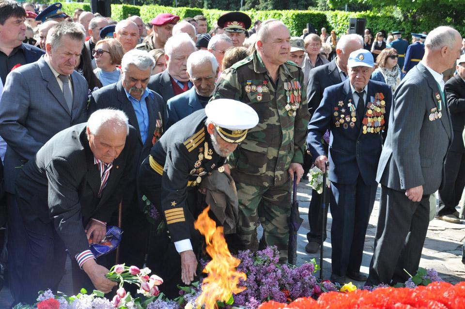 Військові віддають шану загиблим ветеранам.