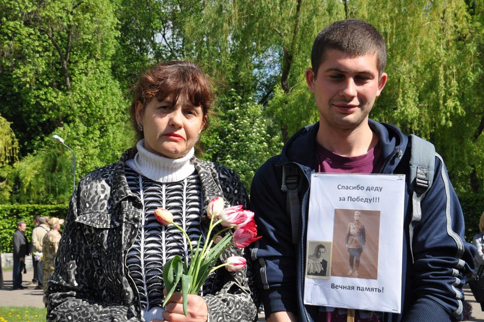 Жінка розповіла про свого діда. Він воював у Другій світовій війні, загинув у Росії у 1942 році. Похований у братській могилі. Поряд фото його дружини, яка також воювала.