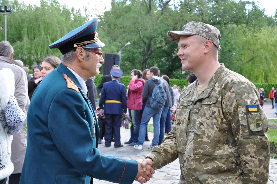 Солдат Української армії вітає солдата Радянської армії з перемогою.