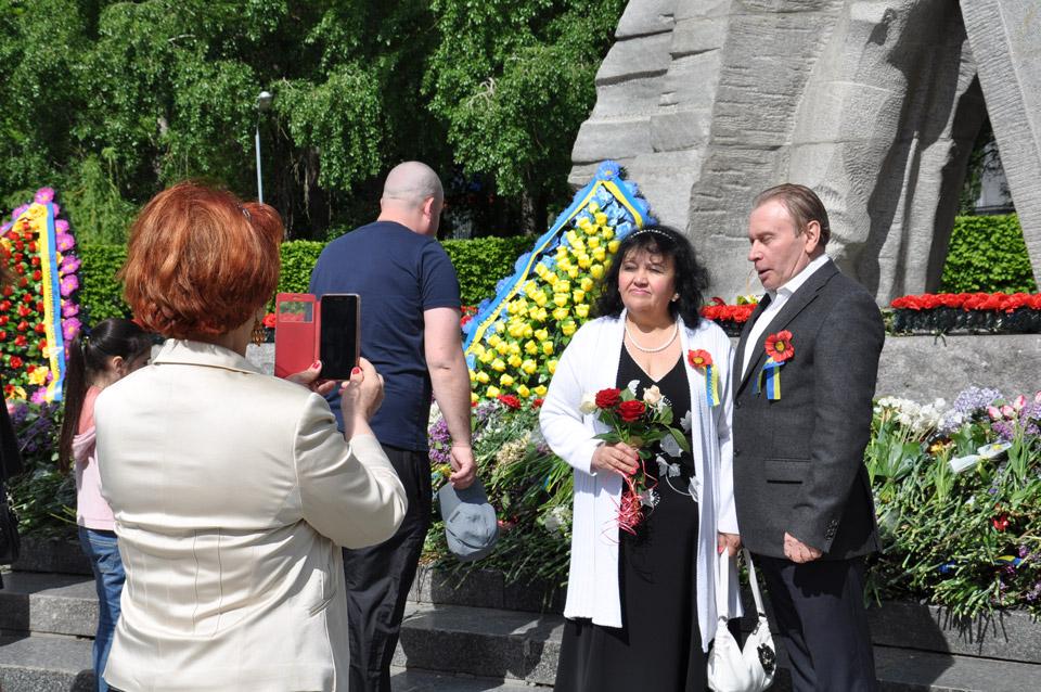 Учасники ходи фотографуються навпроти меморіалу.