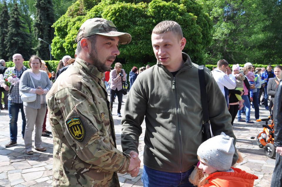 Батько розповідає донці, що її прадідусь так само воював на війні, як і цей дядько, боєць батальйону«Донбас».