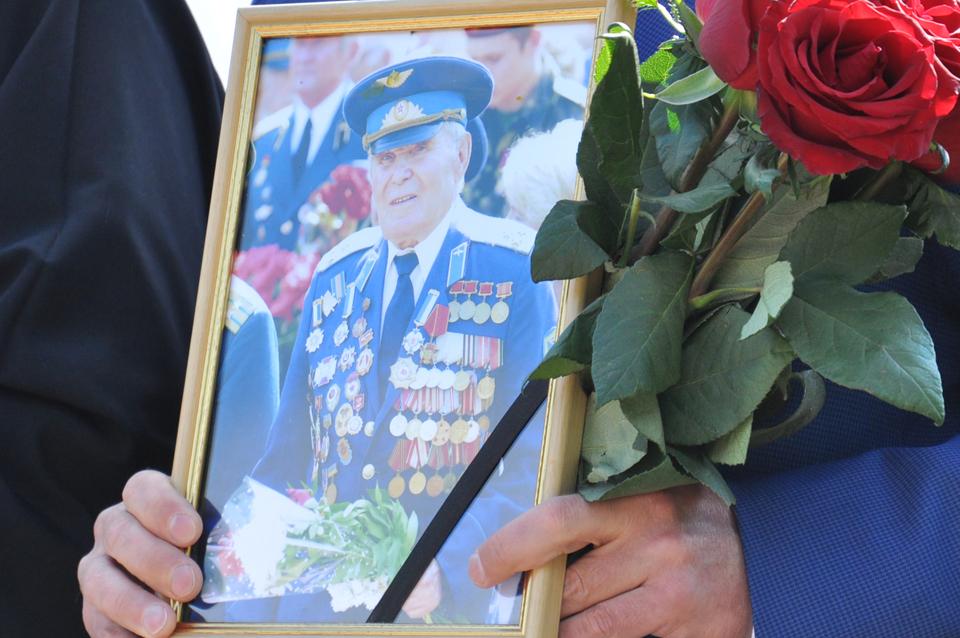 Мер міста прийшов із портретом Олександра Грущенка. Ветеран-авіатор приходив кожного 1 вересня до школи, де з 1975 року навчався Олександр Мамай. Він проводив із дітьми «Уроки мужності». Цього року перед Великоднем ветеран пішов із життя.