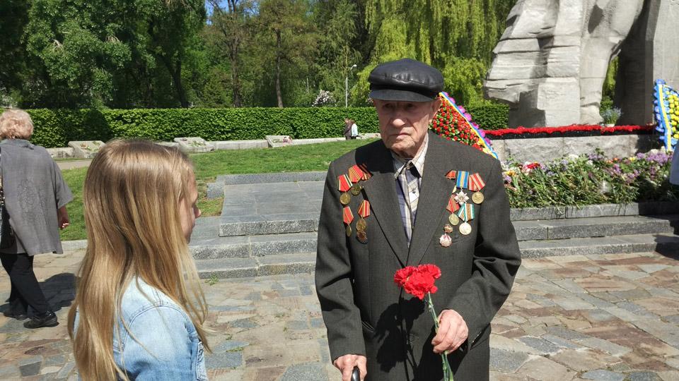 Ветеран війни, дідусь Григорій, пішов на війну у 1945 році. Проходив службу на флоті. Зараз рідко згадує ті роки, але 9-го Травня приходить покласти квіти і вшанувати своїх товаришів.