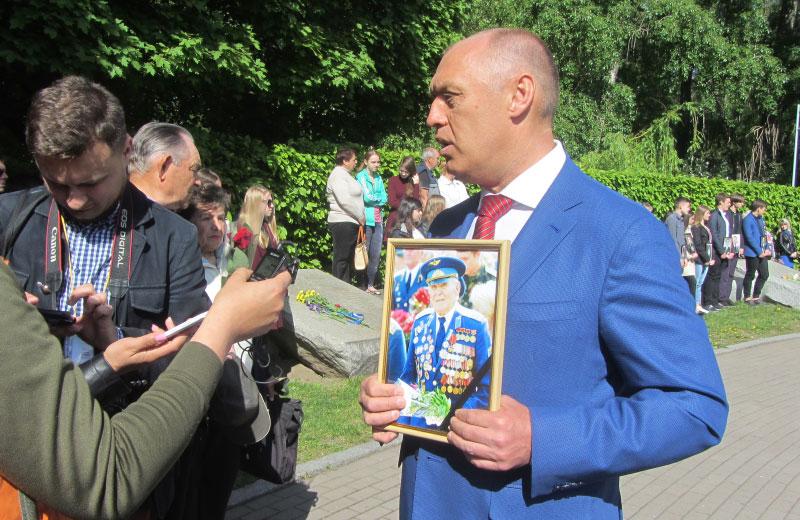 Олександр Мамай з портретом Олександра Грущенка