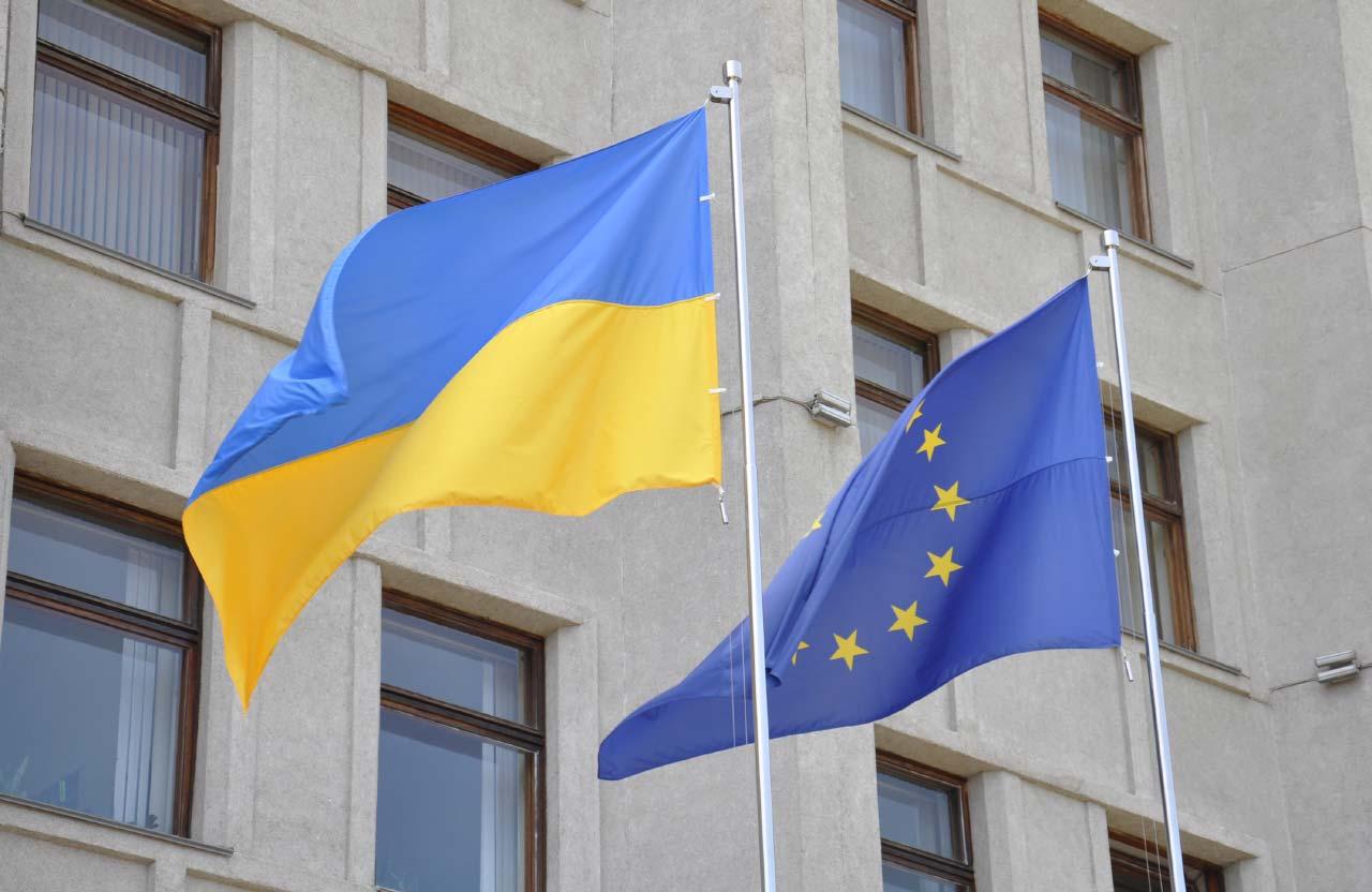 Прапори України та ЄС біля входу до Полтавської ОДА
