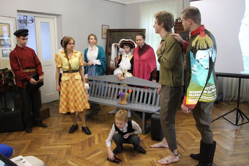 Актори аматорського театру ,,Антракт,, грають фрагмент з оповідання-трагедії В.Короленка «Полонені»