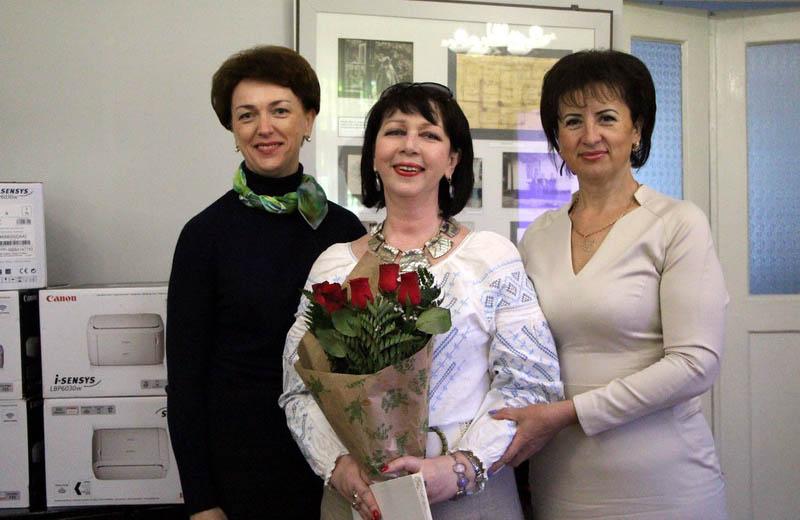 Вітання колективу Полтавського художнього музею. Подяку вручили директору Ользі Курчаковій