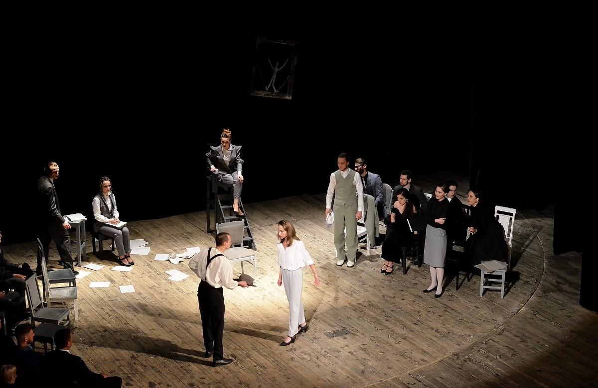 Одна зі сцен вистави «Ніч 16 січня» Айн Ренд