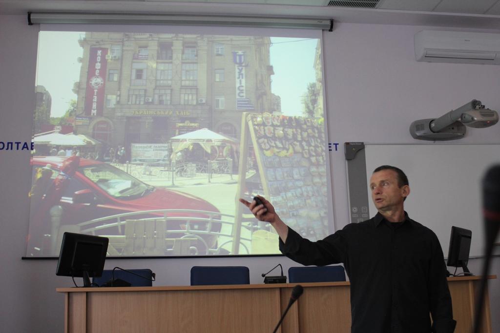 Віктор Зотов читає лекцію студентам ПолтНТУ