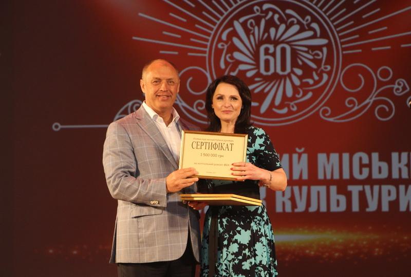 Олександр Мамай вручив Оксані Дейнезі сертифікат на півтора мільйона гривень для ремонтних робіт закладу