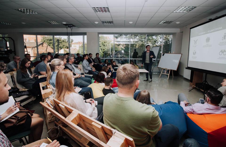 Денис Старостін під час своєї лекції