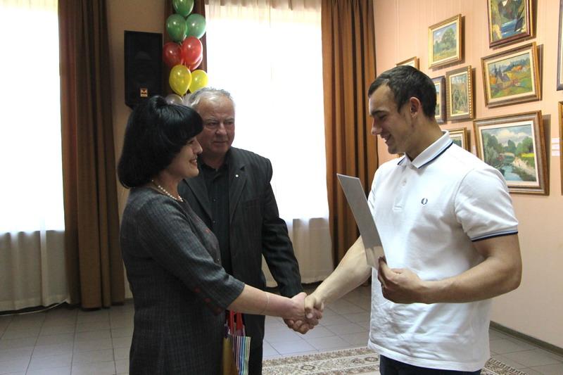 Начальник управління у справах сім'ї, молоді та спорту Олена Ромас вітає випускників