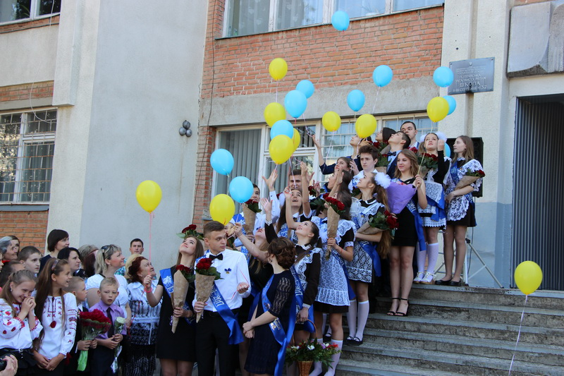 ЗОШ №37. За доброю традицією одинадцятикласники випустили у небо повітряні кульки, загадавши мрії на майбутнє