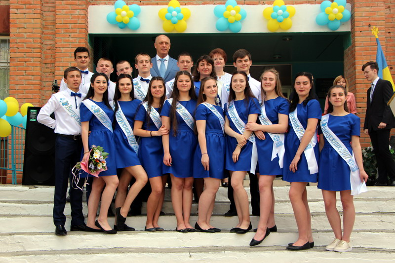 Фото на згадку із випускниками ЗОШ №34