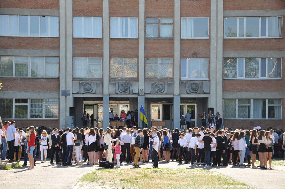 Школярі і їх батьки чекають початку останнього дзвоника.