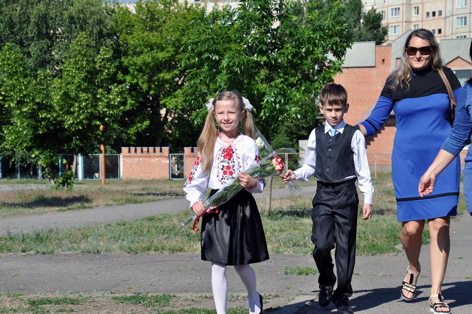 Школярі з квітами підходять до площі школи №37. Святкова лінійка там відкрилася о 9 ранку.