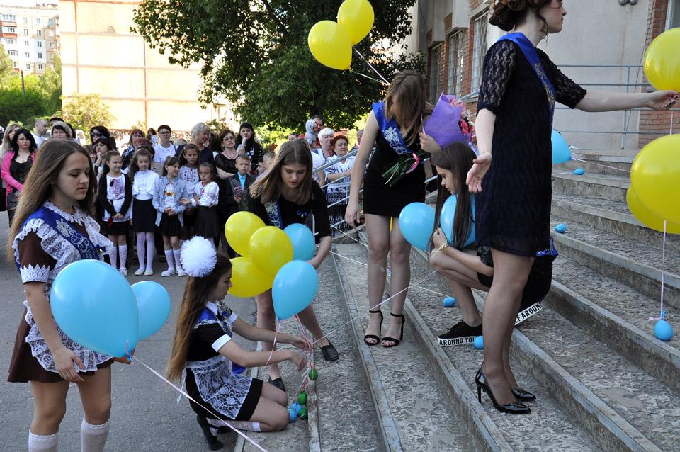 Випускники готують сцену, розставляють жовто-блакитні кульки.
