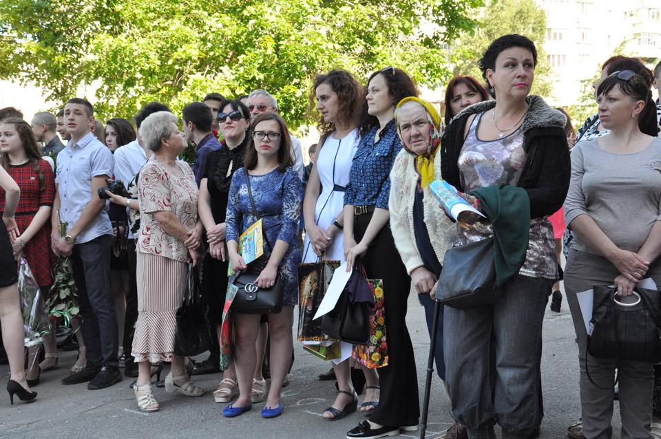 Батьки чекають своїх випускників. Сьогодні для них день гордості. Вчорашні діти вже стали дорослими.