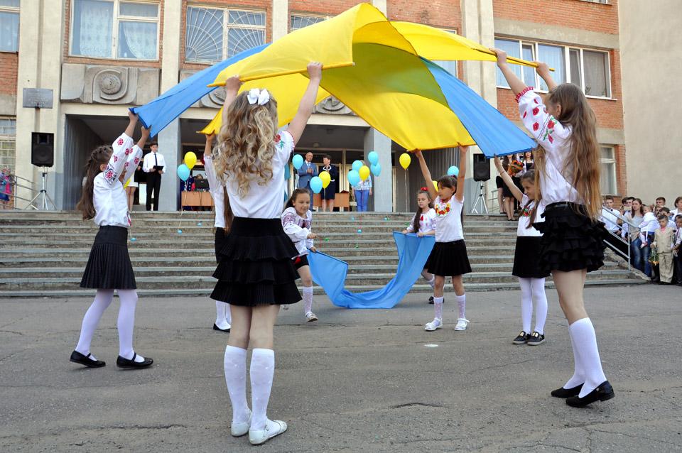 Дитячий танець з жовто-блакитним полотном перед урочистим виходом випускників.