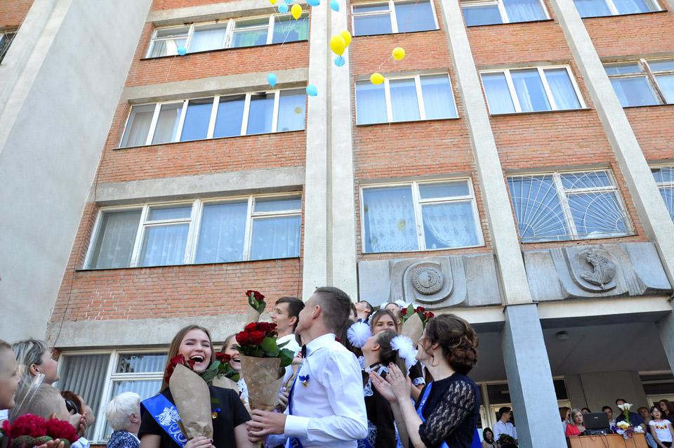 11-а клас відпустив в небо кульки — символ шкільних років що пролетіли і їх уже не повернути.