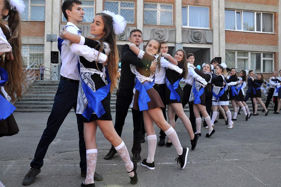 Шкільний бал на подвір'ї школи.