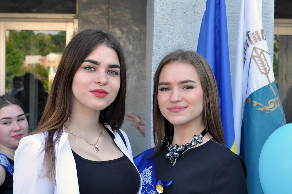 Дві подруги. Одна випускниця, іншій ще два роки навчатися в школі.