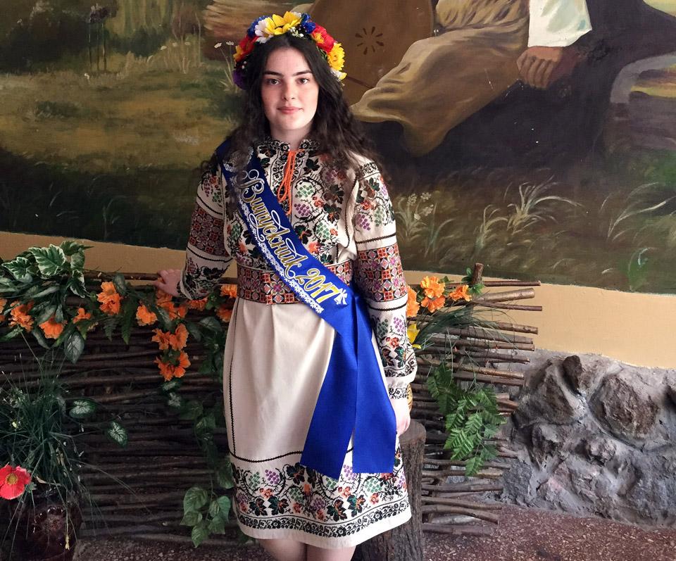 Українське народне вбрання підкреслює яскраву красу українських дівчат.