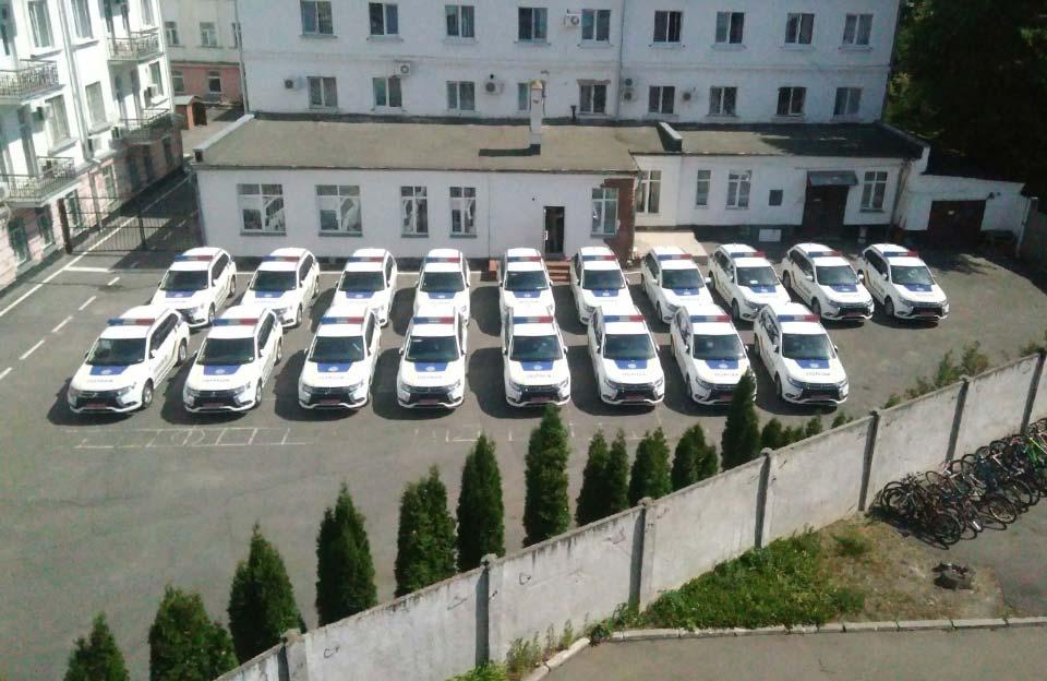 Нові Mitsubishi Outlander у дворі ГУНП у Полтавській області