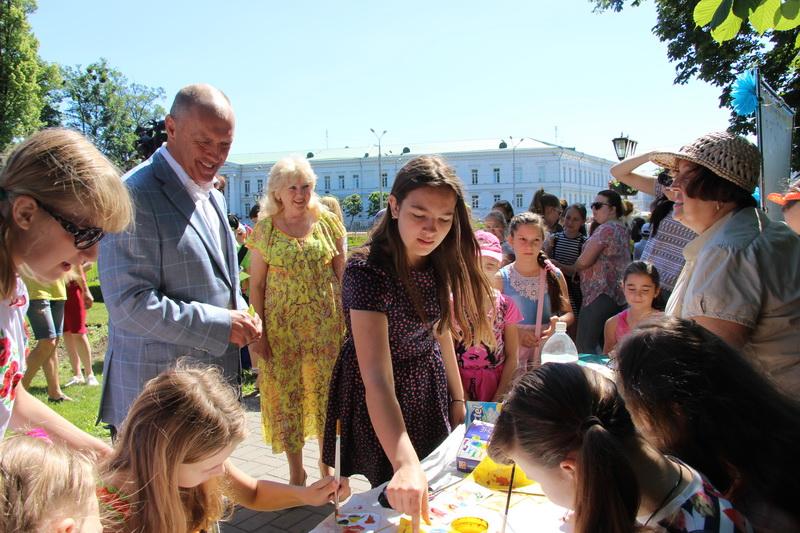 Міський голова Олександр Мамай спілкується з вихованцями Палацу дитячої та юнацької творчості