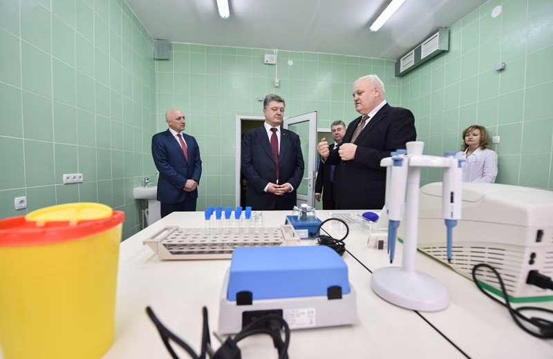 Петро Порошенко під час візиту до Полтавського протитуберкульозного диспансеру