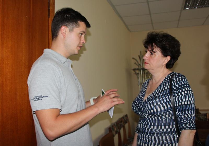 Артем Іванюк спілкується з активними мешканцями Шевченківського району