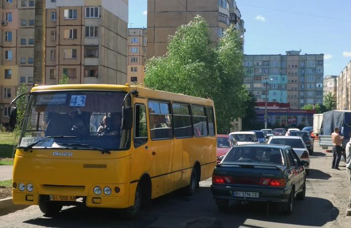 Транспорт рухається по бульвару Богдана Хмельницького