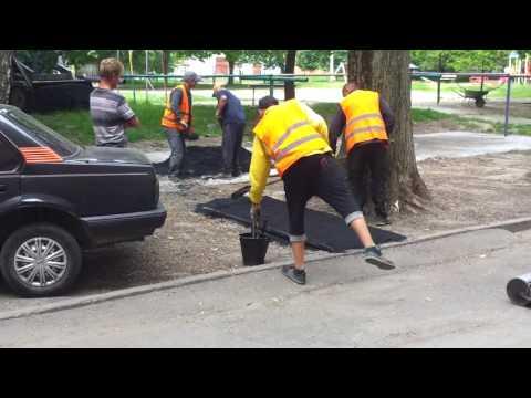 У Полтаві робітники кладуть свіжий асфальт  на землю