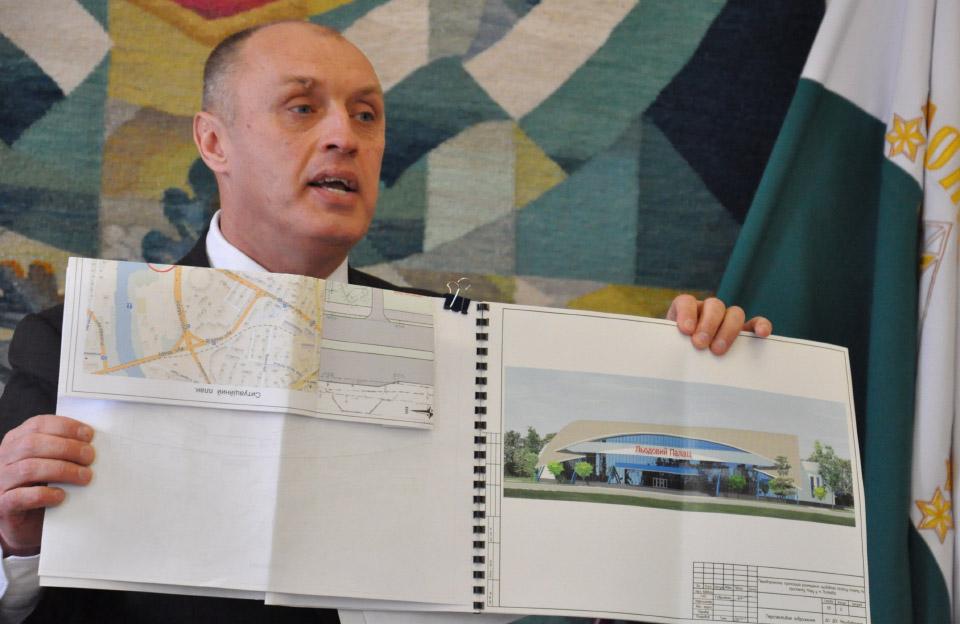 Олександр Мамай демонструє перспективне зображення «Льодового Палацу»