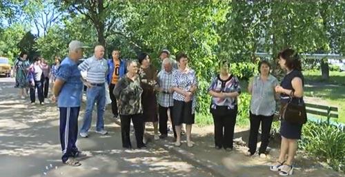 Майя Матвеєва спілкується із мешканцями будинків по вул. Гетьмана, 11 та 13