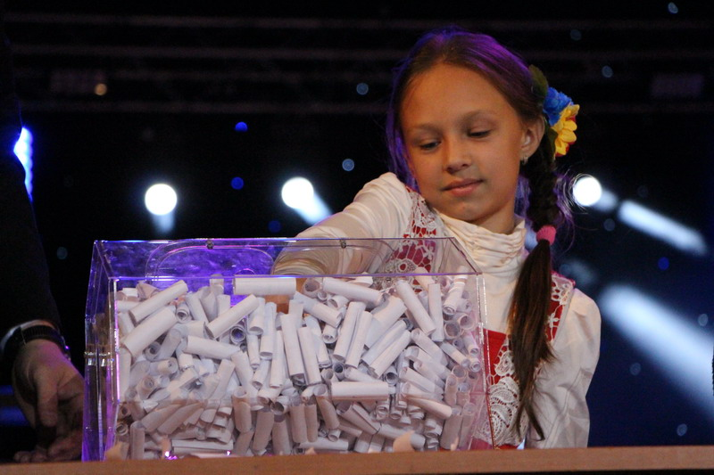 Проводити розіграш путівок до Львова допомагали неупереджені маленькі гості свята