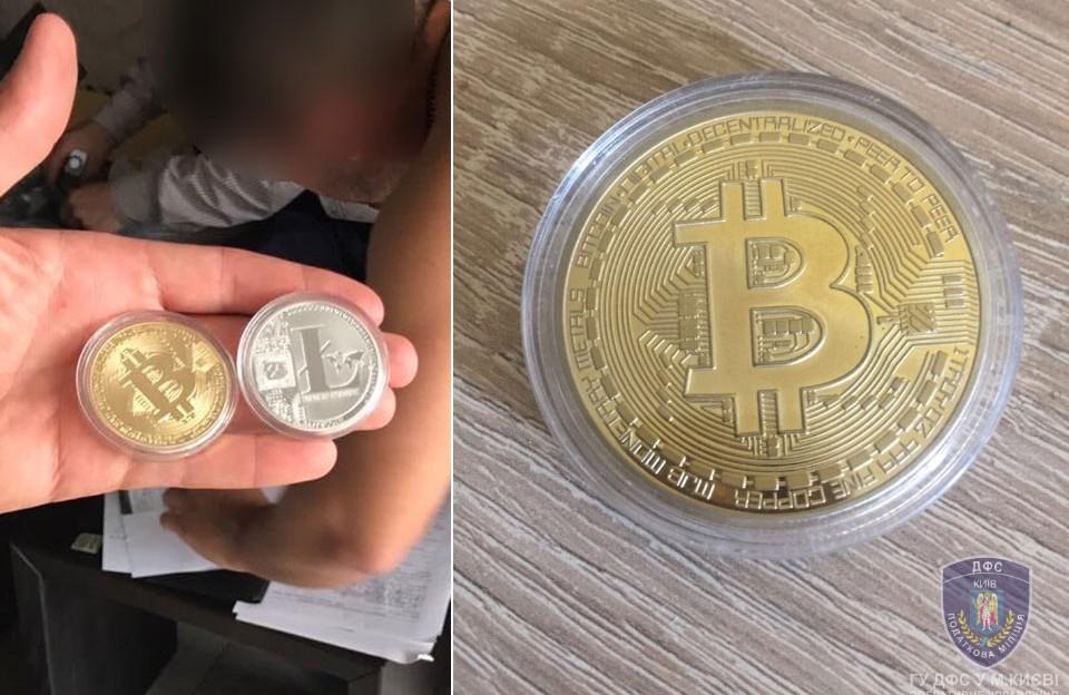 Сувенірні монети bitcoin та litecoin, які були знайдені під час обшуків