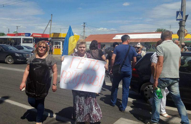 Працівники перукарні протестували проти «рейдерського захоплення» та перекрили рух на вулиці Великотирнівській