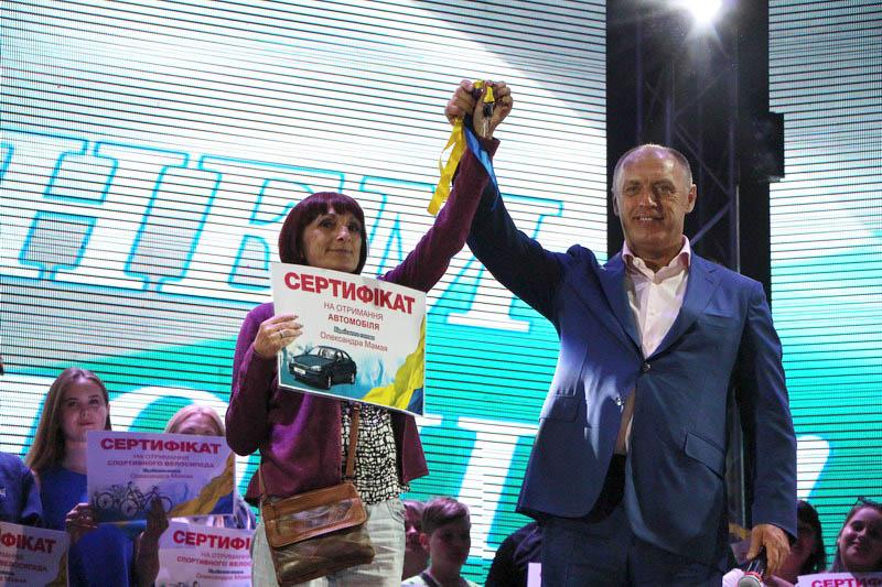 Міський голова вручив сертифікат на отримання автомобіля Людмилі Черчатій
