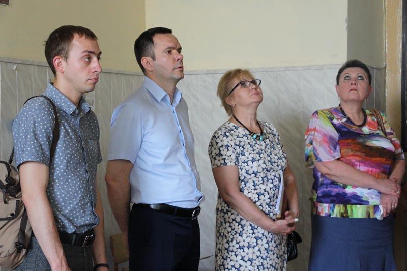 Перший заступник міського голови Михайло Шевченко, представники депутатського корпусу та управління освіти оглядають приміщення закладу