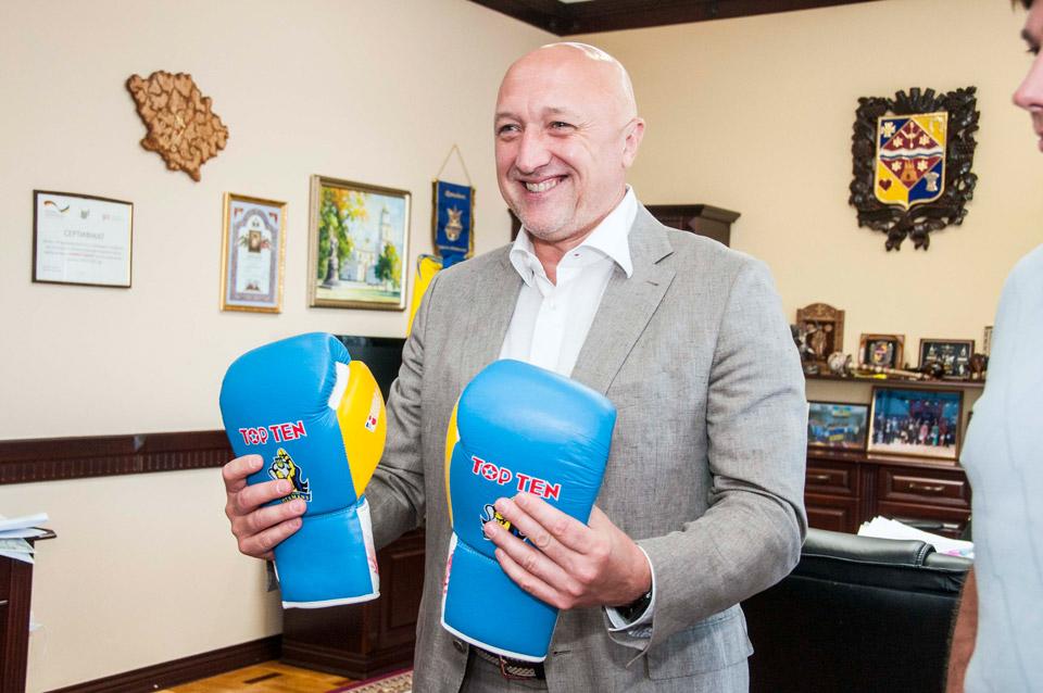 Валерій Головко тримає подаровані рукавички