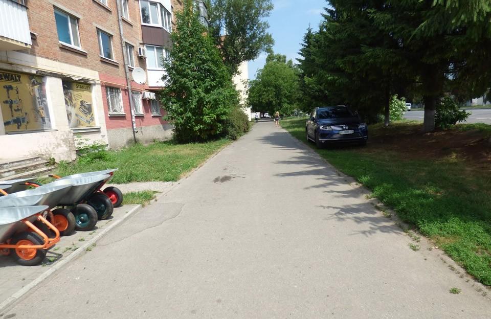 Тротуару по вулиці Зіньківській