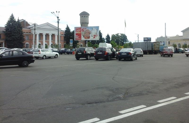 Площа Слави без стихійної торгівлі