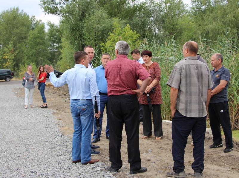 Депутати міської ради під час зустрічі з мешканцями селища
