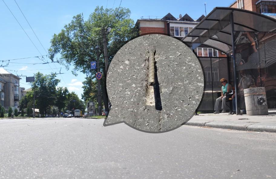 З відремонтованої проїжджої частини на зупинці «1100-річчя Полтави» стирчить арматура